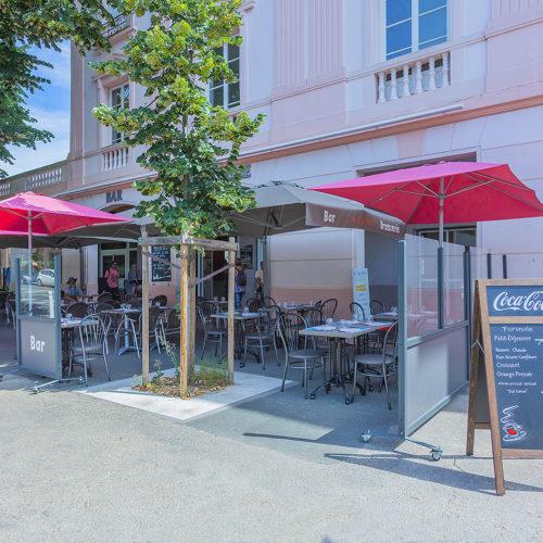 Terrasse privative fermée pour plus de confort & convivialité. Bar Brasserie - à deux pas de la Gare de La Rochelle